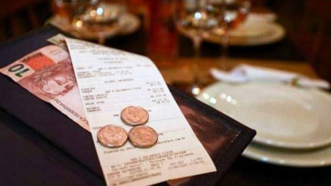 Regularização de gorjetas durante ação não afasta condenação de restaurante