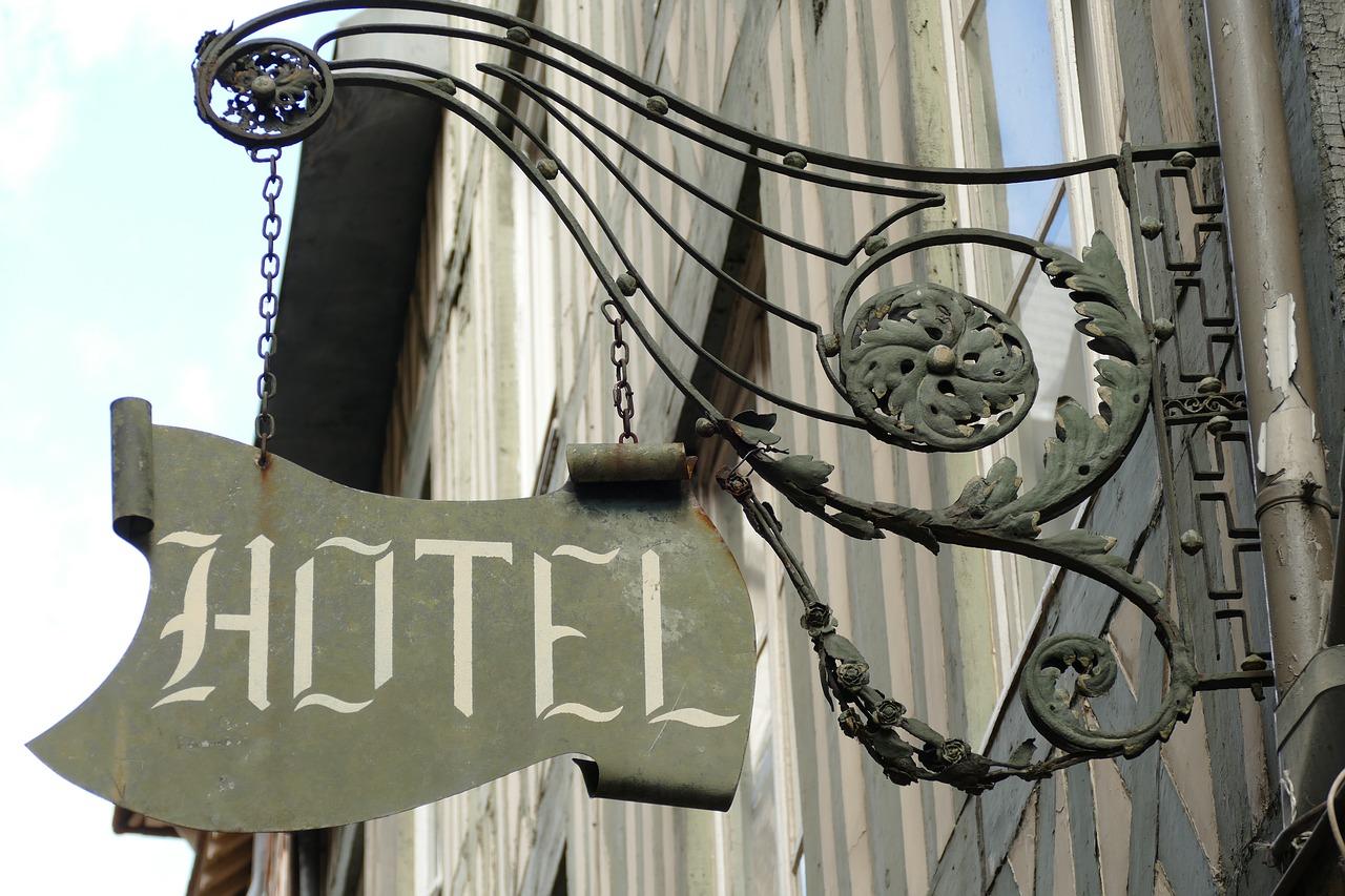 Massa falida de hotel terá de indenizar auxiliar pelo atraso no pagamento da rescisão