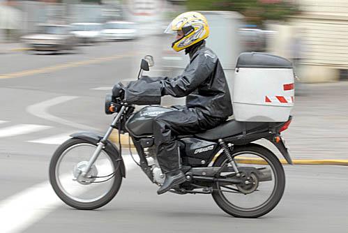Promotor de vendas que usava motocicleta para trabalhar não receberá adicional de periculosidade