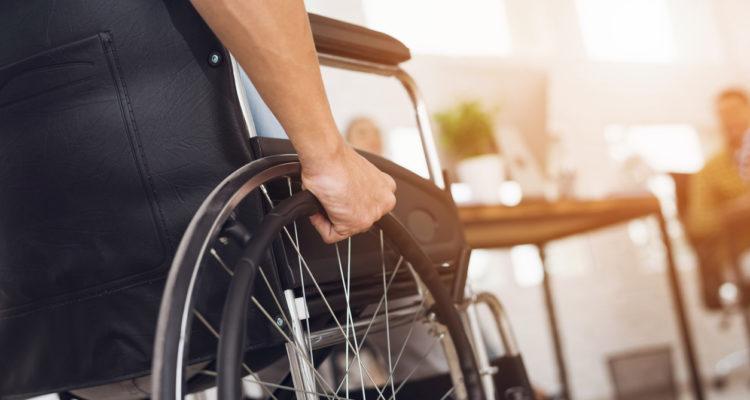 Empreiteira é condenada por transporte insuficiente para empregados com deficiência em Jirau (RO)