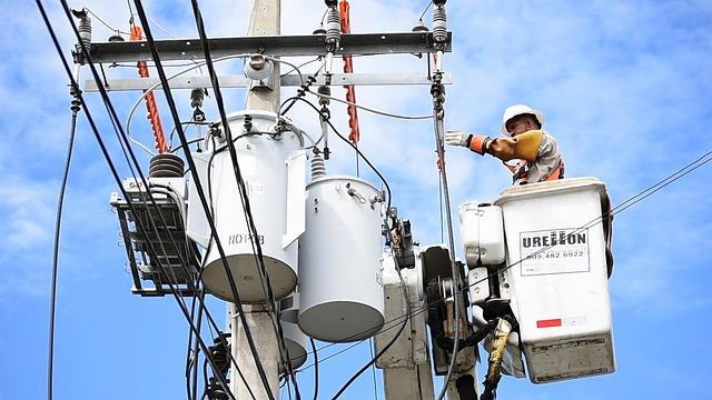 Eletricista de manutenção de rede de energia receberá adicional de periculosidade